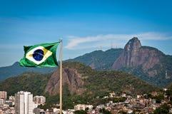 Bandera del Brasil y montaña de Corcovado con Cristo el redentor Imagen de archivo libre de regalías