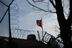Bandera del chino comunista sobre San Francisco Visa Office fotografía de archivo libre de regalías