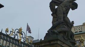 Bandera del escudo de armas del castillo de Praga almacen de metraje de vídeo