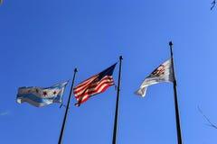 Bandera del estado de Illinois, bandera de los E.E.U.U., y bandera de Chicago foto de archivo