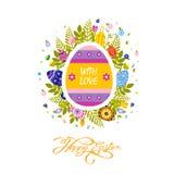 Bandera del folleto del aviador con la tipografía Pascua feliz de la inscripción en el huevo amarillo coloreado Imágenes de archivo libres de regalías