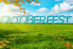 Bandera del fondo de Oktoberfest Prado verde Cielo nublado azul fotos de archivo libres de regalías