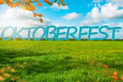 Bandera del fondo de Oktoberfest Prado verde Cielo nublado azul Burbujas de jabón foto de archivo libre de regalías