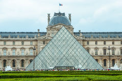 Bandera del francés de Museum Pyramide du Louvre París del Louvre imagen de archivo libre de regalías