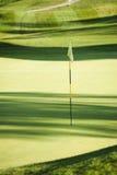 Bandera del golf en campo de golf Imagen de archivo libre de regalías