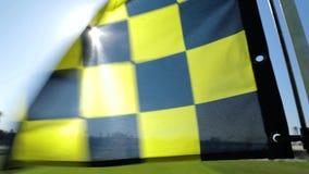 Bandera del golf soplada por el fuerte viento almacen de metraje de vídeo