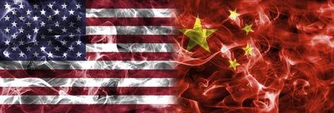 Bandera del humo de los Estados Unidos de América y de China Fotos de archivo libres de regalías