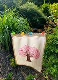 Bandera del jardín del cáncer con el emblema del árbol hecho de cintas rosadas del cáncer de pecho Foto de archivo