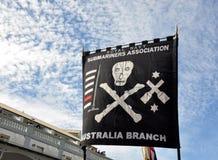 Bandera del pirata del tripulante de submarino en Anzac Day Parade en Fremantle, Australia occidental Fotos de archivo