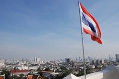 Bandera del Reino de Tailandia en el fondo de Bangkok imagenes de archivo