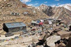 Bandera del rezo en el La de Khardung, Ladakh, Jammu y Cachemira, la India fotografía de archivo libre de regalías