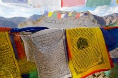 Bandera del rezo en la región de Ladakh fotografía de archivo