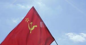 Bandera del SSR contra el cielo almacen de metraje de vídeo