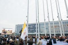 Bandera del Vaticano alzada en el Parlamento Europeo durante papa Visit Foto de archivo libre de regalías