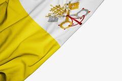 Bandera del Vaticano de la tela con el copyspace para su texto en el fondo blanco ilustración del vector