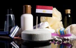 Bandera egipcia en el jabón con todos los productos para la gente Imagen de archivo