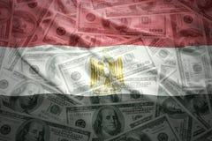 Bandera egipcia que agita colorida en un fondo del dinero del dólar imagen de archivo