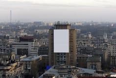 Bandera en blanco de la publicidad en el edificio del bloque fotos de archivo libres de regalías
