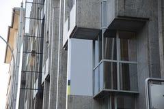 Bandera en blanco de la publicidad en el edificio del bloque imagenes de archivo