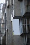 Bandera en blanco de la publicidad en el edificio del bloque fotografía de archivo libre de regalías