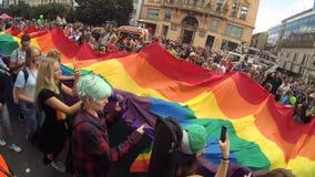 Bandera en el desfile de orgullo de LGBT, Praga del arco iris almacen de video