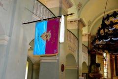 Bandera en la iglesia fortificada medieval en Cristian, Transilvania Imagen de archivo libre de regalías