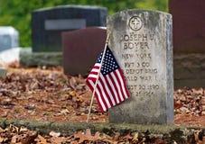 Bandera en la lápida mortuaria de la Primera Guerra Mundial Imagen de archivo libre de regalías
