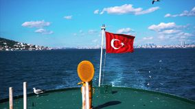 Bandera en un barco que agita en el viento metrajes
