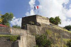 Bandera en un top de Saint Louis del fuerte en Fort-de-France, Martinica Fotografía de archivo libre de regalías