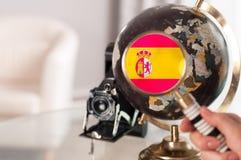 Bandera española en el globo con magnificar Imagenes de archivo