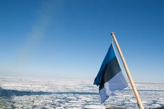 Bandera estonia sobre el mar Báltico Fotos de archivo