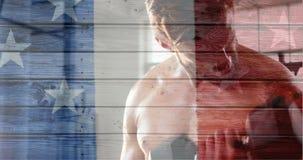 Bandera francesa con las estrellas que muestran la elaboración descamisada atractiva del hombre