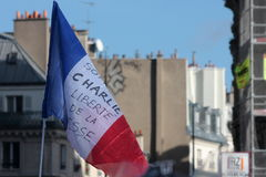 Bandera francesa con un lema en París foto de archivo
