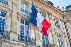 Bandera francesa en un edificio en Burdeos Imágenes de archivo libres de regalías
