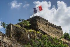 Bandera francesa en un top de Saint Louis del fuerte en Fort-de-France, centro comercial imagenes de archivo