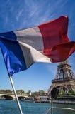 Bandera francesa que flota delante de la torre Eiffel imagen de archivo libre de regalías
