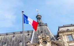 Bandera francesa y edificio hermoso Imagenes de archivo