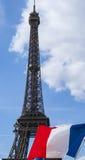 Bandera francesa y la torre Eiffel Fotos de archivo