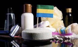 Bandera gabonesa en el jabón con todos los productos para la gente Foto de archivo