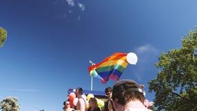 Bandera gay de LGBT que agita con el cielo azul en el fondo metrajes