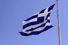 Bandera griega debajo del cielo azul en la isla griega Kos fotos de archivo libres de regalías