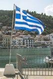 Bandera griega en la playa Foto de archivo libre de regalías