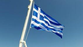 Bandera griega que agita en la cámara lenta en una nave griega, almacen de metraje de vídeo