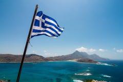 Bandera griega sobre el mar imagenes de archivo