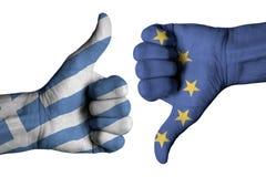 Bandera griega y bandera europea en las manos masculinas humanas Fotos de archivo libres de regalías
