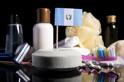 Bandera guatemalteca en el jabón con todos los productos para la gente Fotografía de archivo libre de regalías