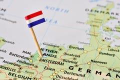 Bandera holandesa en mapa Fotos de archivo