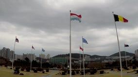 Bandera holandesa que agita en el aire del cementerio conmemorativo de la O.N.U en Busán, Corea del Sur, Asia metrajes