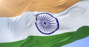 Bandera india que agita en el viento en lento en el cielo azul, lazo libre illustration