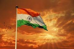 Bandera india tricolora durante puesta del sol y el cielo hermoso de la puesta del sol Foto de archivo libre de regalías